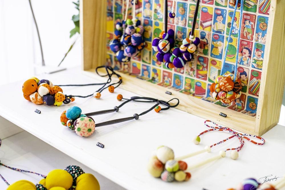 AOSSY-boutique-éphémère-bijoux-installation-collier