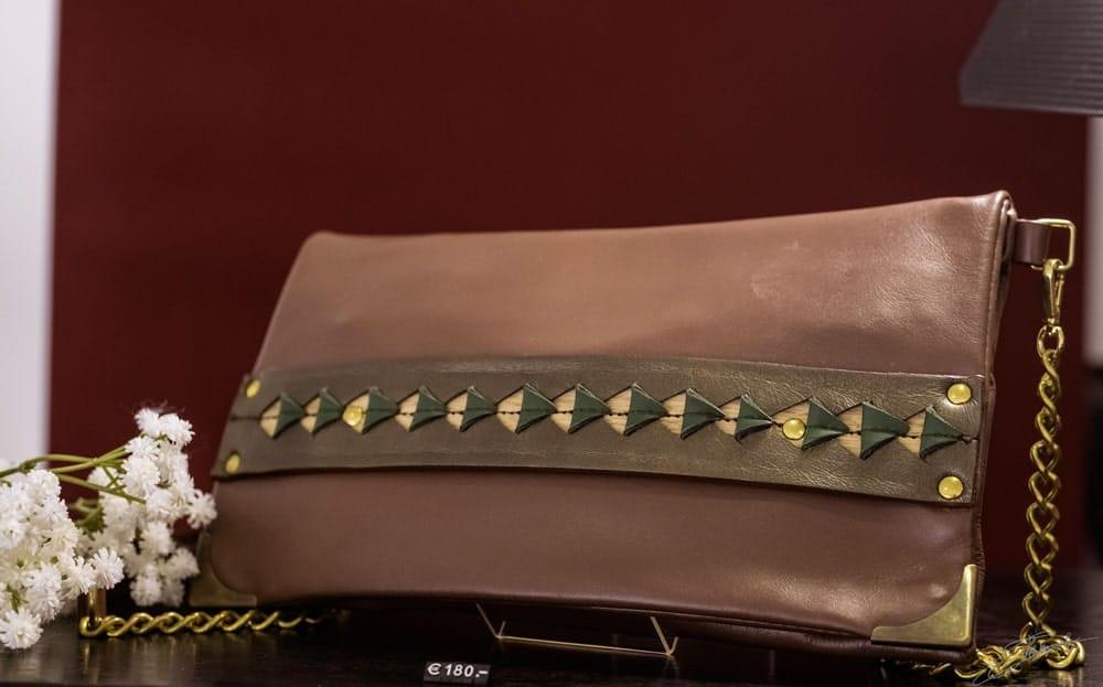 AOSSY-boutique-éphémère-installation-sac-bois-marron
