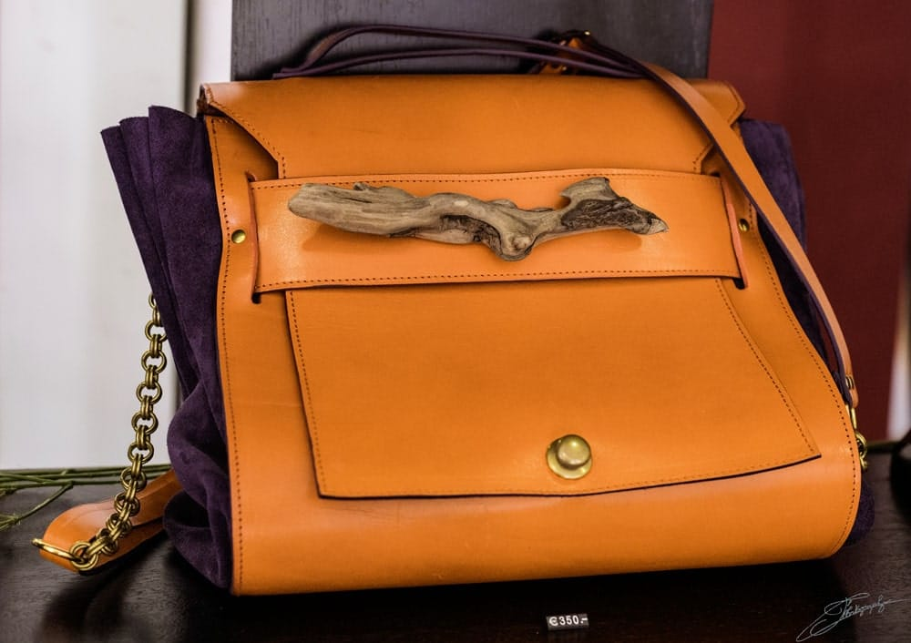 AOSSY-boutique-éphémère-installation-sac-bois-orange