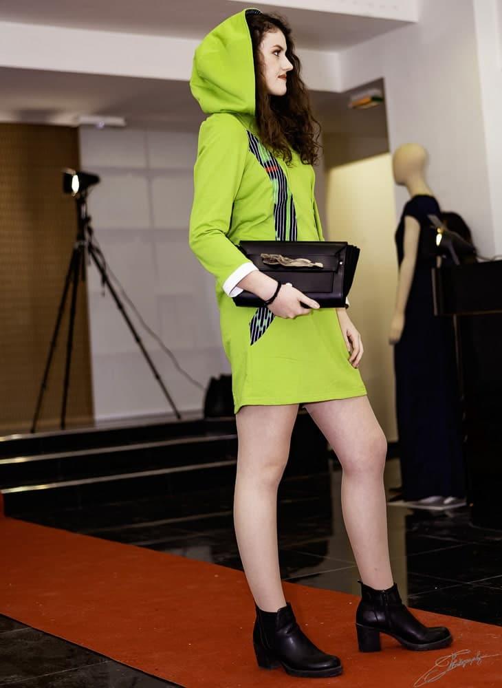 aossy-defile-backstage-2019-catwalk-femme-robe-verte