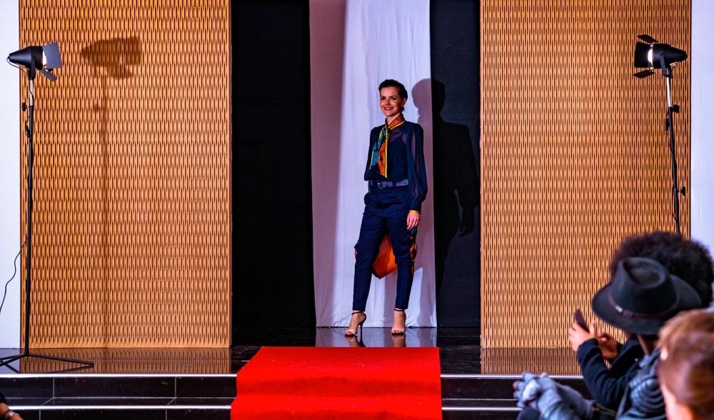 aossy-defile-backstage-2019-catwalk-femme-combinaison-bleu